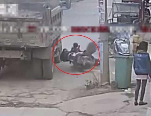 【胸糞注意】バイクに跨る子供さん ナイスタイミングで転んでトラックに頭を踏み潰されて殺される瞬間がこちら ※グロ動画