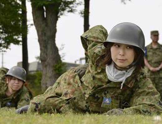 【リベンジポルノ】女自衛官と米軍兵士二人による夜の軍事演習が公開された模様w ベッドの上でビッグマグナムブチ込まれてますわwww ※無修正エロ動画