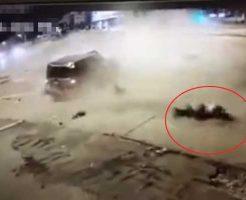 【事故】ぶっとびぃー事故で車から飛び出した人 監視カメラの撮影ポジションに死ぬ人がナイスイィン!!!! ※衝撃映像
