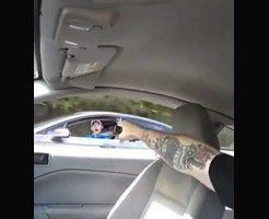 【因果応報】DQN「お前の車遅いんだよ!はよどかんかい!!!」→ブチ切れ男性 中指ピーン銃ガシャ ファッwww ※衝撃映像
