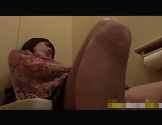 【本物盗撮】よく喘ぎ声聞こえてくる女子トイレにカメラをしかけた結果→貧乳少女が指突っ込んでイッてたンゴwww ※無修正エロ動画