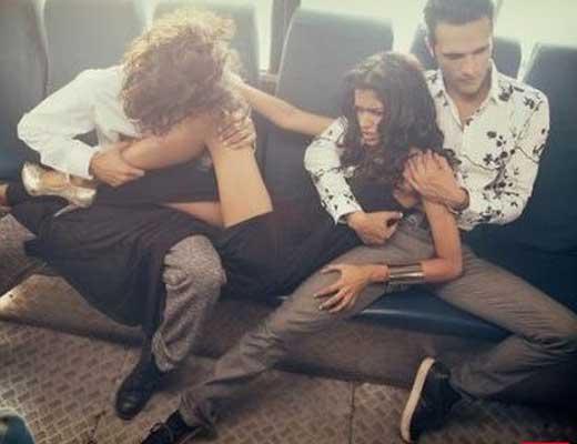 【逮捕案件】レイプ天国「インド」の実態はこれ 女の子が男達に淫らな行為してるけどこんなの防げるわけないやん・・・ ※衝撃映像
