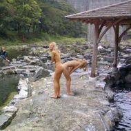 【超絶朗報】日本の混浴露天風呂に金髪白人のメスが降臨wwwこれは行かなきゃ(使命感) ※エロ画像