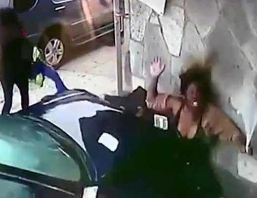 【衝撃映像】車と壁に女性と子供がぐちゃっとサンドイッチの様にプレスされる瞬間がこちら ※微グロ動画