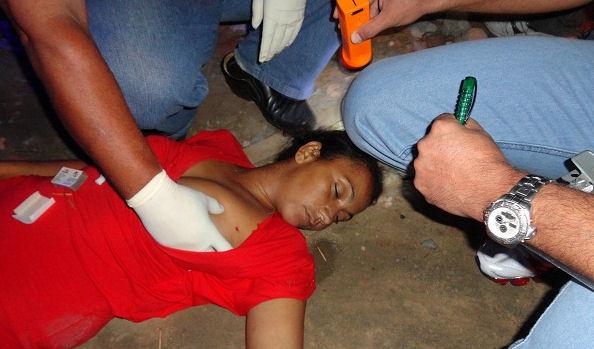 【女 死体】路上で死んでる女の子が居たら取りあえずおっぱいのカップ数とハリを確かめるのが警察流w ※グロ画像