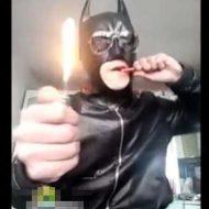 【おバカ】今から自分がバットマンだと思い込んでるバカがライター噛み切ってくれるぜw 爆発して火ついてやんのwww ※おもしろ動画