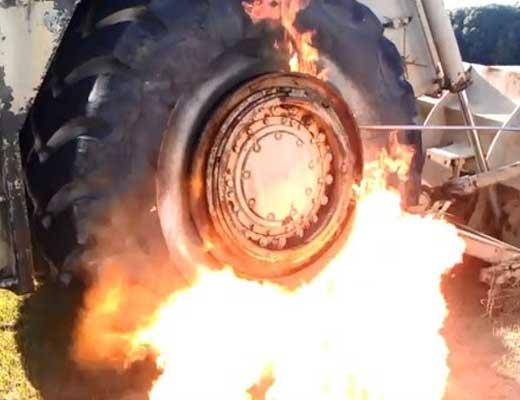 【死亡事故】停車中のトラックのタイヤが爆発し人が一瞬で死ぬ瞬間って見たことある? ※衝撃映像