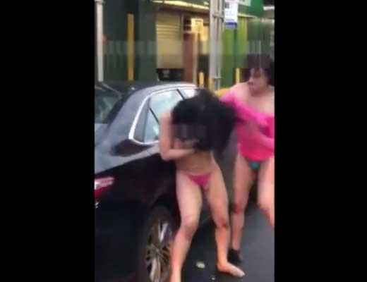 【女 裸】海外の風俗嬢の喧嘩が悲惨過ぎw路上で脱がして顔面グーパンとか正直ドン引きするわwww ※エログロ動画