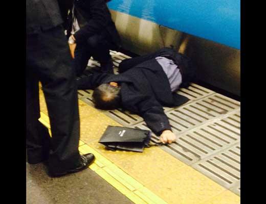 【人身事故】動いてる電車に飛び乗るもそのままこけてホームと電車の隙間にぐちゃぐちゃにされるハプニングがこちら・・・ ※衝撃動画