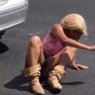 【薬中女子】ドラックにはまった薄着の金髪ギャルが震えながらこっちに来るんやが・・・ キメ過ぎて生まれたての子鹿の様w ※衝撃映像