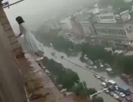 【JK 自殺】18歳の少女さんが30階ぐらいから飛び降りたんやが スカート脱げててそれどころじゃないw ※衝撃映像