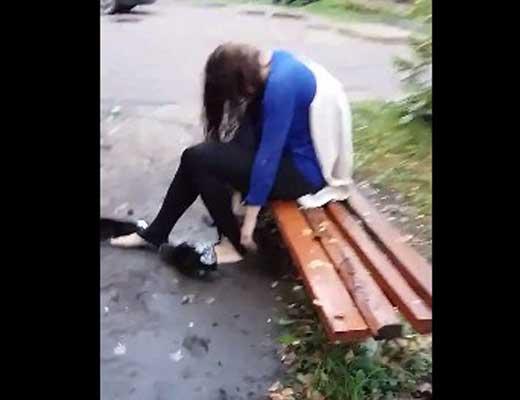 【レイプ事件】ヤリサー入ってしまった少女さん 輪姦された後殴られたり蹴られたり追撃受けまくって精神崩壊中・・・ ※衝撃映像
