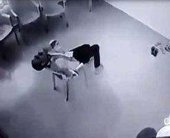 【セルフ斬首】警察「ここで大人しくしとけよ!」男「りょ!」→ノコギリシュキィーン首ギコギコで御臨終www ※グロ動画