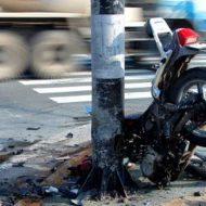 【事故動画】犬も歩けば棒に当たる→バイクが走ればポールにドン! 体が変な方向に曲がって死んでや~んのwww ※衝撃映像