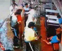 【殺人映像】インド版ヤクザのカチコミが怖過Eー ナタ装備集団に囲まれてズタズタされて殺されるとかwww ※グロ動画