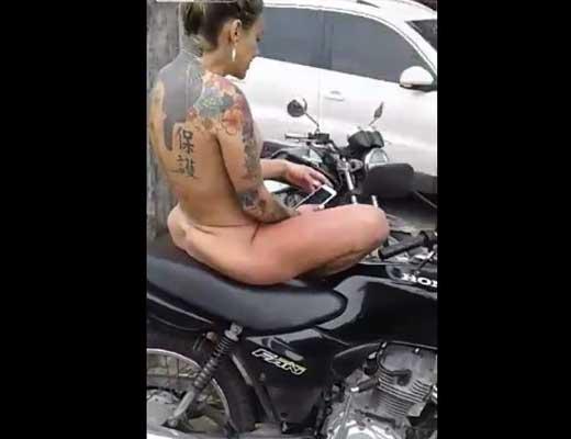 【全裸女子】一糸纏わずバイクに座ってる女の子が居るんやが 背中の入れ墨が気になってそれどころじゃないw ※無修正エロ動画