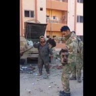 【死体蹴り】イラク兵さんisis兵を殺して死体で遊ぶことを憶えるw 生首持ってダンスするとかもう・・・ ※グロ動画