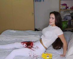 【女 グロ】マンコから大量出血してるって寝てる彼氏に相談したらどんな反応するか試してみた結果 ※おもしろ動画