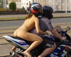【変態二輪】乳丸出しマンさんがバイク乗ってんやがw 近くの車の運転手に生尻触らしたりこれもう意味がわかんねーなwww ※エロ動画