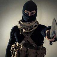 【難民問題】神は偉大なり!!! イスラム教徒さんが叫びながらスペイン国境警察にナイフで攻撃してるんやがこれってええんか? ※衝撃映像