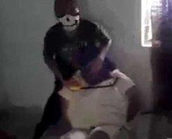 【斬首映像】処刑部屋に連れてこられた男性が悲鳴を上げながら糸ノコでグサグサっと首をかき切られるまでの記録・・・ ※グロ動画
