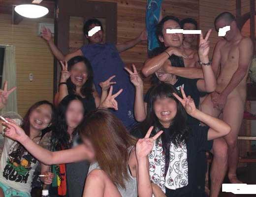 【ヤリサー】気温が熱くなったからって大学校内で露出する女子大生さんが激写されて晒されるハプニングw ※画像あり