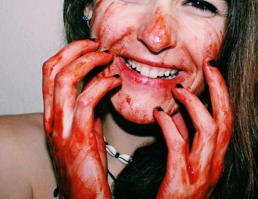 【マジキチ】路上で全裸まんさんがオナニーしまくってんやがw マンコ回り血まみれやんけwww ※エログロ動画