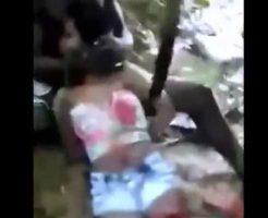【処刑映像】生きてる女の子の腹をめった刺しにして虫の息のまま斬首してくるとかマジ半端ないw ※グロ動画