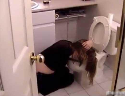 【昏睡レイプ】これがヤリサーのやり方か!!!泥酔してゲロってる女の子脱がしてマンコ頂いてるとかw ※無修正エロ動画