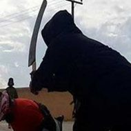 【処刑映像】頭部セット完了!イスラム国兵いっきまーす!!!大剣スンッ!→頭ポロッ血ぶっしゃwww ※グロ動画