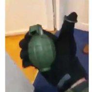 【兵士】ガチ軍人の友達におもちゃの手榴弾投げて見た結果→みんな必死こいて飛び跳ねてたンゴwww ※衝撃映像