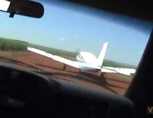 【制圧映像】麻薬密輸組織「飛んで逃げるでw」警察「待てやこら!せや体当たりするでw」→車ドーン飛行機ギューィィン 無事確保w ※衝撃映像