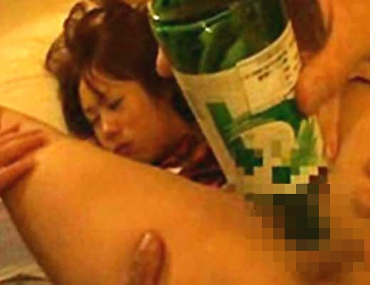 【本物レイプ】酔って爆睡かましてる糞ビッチ先輩を犯してからビール瓶ぶち込んで最高の眠りを提供してみるw ※無修正エロ動画