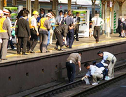 【グロ画像】人身事故が起きた駅のホームから撮影された写真の中に何かいてたw ※轢断事故