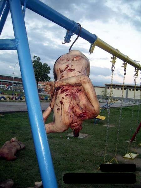【解体死体】警備員が逃げ出すほどの刑務所暴動の虐殺死体が怖すぎw ブランコに首無し死体吊るすとかやべぇな・・・※グロ画像