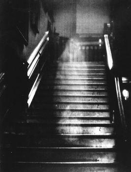 階段に写り込んだ女性