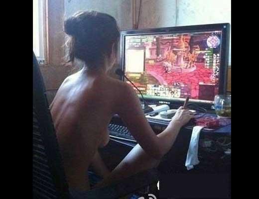 【素人 半裸】夏熱いからって上半身裸でゲームしてる女の子とかたまんね~なおいwww ※エロ画像