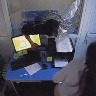 【衝撃映像】金くれや!金くれや! 女「嫌です!」→ガラスパリーンでお邪魔しますw 女「きゃぁああああ」ナイフシャキーン ※強盗動画