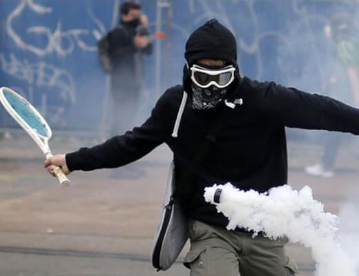 【グロ動画】とある暴動現場で催眠ガスが頭に突き刺さって煙を出しまくってシュッポッポしてる奴に遭遇してもうたんやがwww