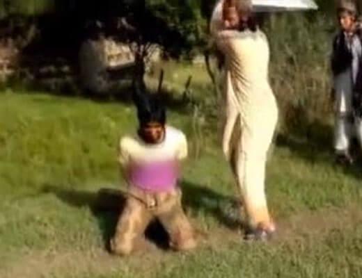 【処刑映像】大剣で切り落とされたとれとれぴちぴち男性の頭をよく見ると→目がまだ生気を保って死んでなかったwww ※グロ動画