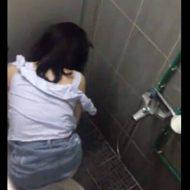 【本物盗撮】潔癖症のJKさんがトイレでおしっこしてるところを撮影された結果 便器に座らないからマンコ丸見えやんけwww  ※無修正エロ動画