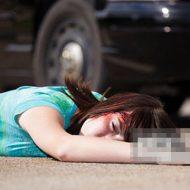 【JC 死体】同級生のおふざけで転倒した少女さんの頭がトラックに粉砕される瞬間がコレ・・・ ※衝撃映像