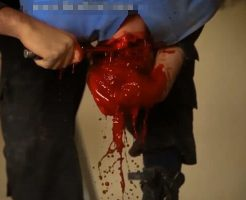 【グロ動画】捕まえて来たおじさんを一人ずつ逆さ吊りで血抜きしていくけど質問ある? ※isis 処刑映像