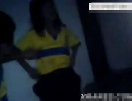 【裸いじめ】サッカーJCさんが同級生の男子から脱がされてマンコに棒突っ込まれるとかいじめって言うよりほぼレイプやんけw ※無修正エログロ動画