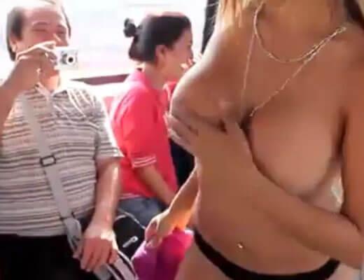 【エロ動画】ワイ将 通勤電車内でいきなりストリップし始めた女の子にすごく迷惑してるんやけどなんか質問ある? ※無修正