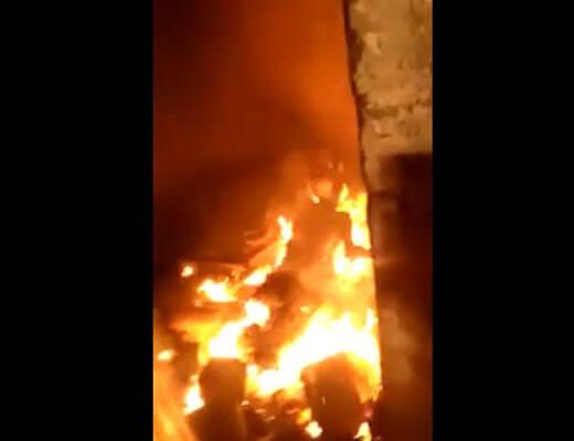 【グロ動画】刑務所内カースト最底辺のレイプ犯さん 他の囚人さんに盛大に燃やされるwww ※閲覧注意