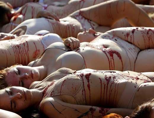 【エログロ画像】街中全裸で抗議活動する美女さん達で興奮できる奴はちょっとこいw