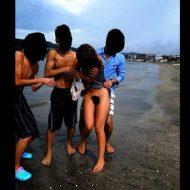 【裸いじめ】いじめっ子男子「おっぱい見せんかい!!!」→少女さん2人「嫌だよ・・・」→結果 ※無修正エロ動画