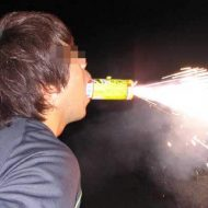 【グロ画像】花火の遊び方も知らないDQNの頭が火薬でぶっ飛んでてクッソざまぁwww