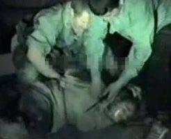 【グロ動画】軍人が一般市民の女を拘束しそのまま斬首していくガチでヤバイ問題映像がコレ・・・ ※閲覧注意